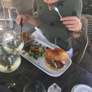 フランスのレストランで食べるハンバーガー