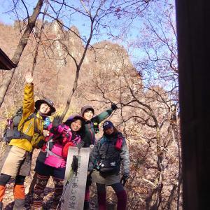 【群馬、妙義】第四石門でランチの後は、落ち葉と石洞の道を行きました。紅葉も美しかったです《後編》2019年11月30日(土)