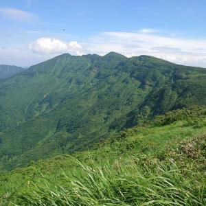 【新潟、魚沼】快晴の夏空の下、堂々たる山容の守門岳で大展望を楽しむ。2020年8月10日(月)