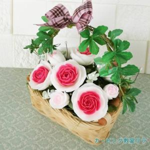 外側から彫る複色のバラ