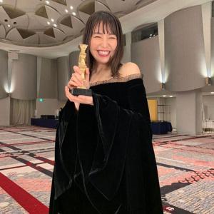 【168cm】長澤まさみ、話題の黒ドレス姿で受賞報告「ありがとう」♥