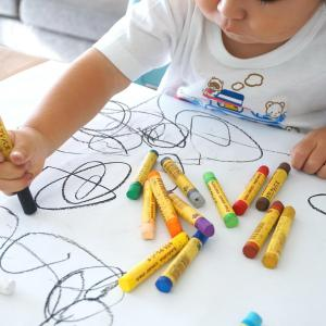 サインペンやボールペンの壁紙への落書きに困った!最適な落とし方とは?