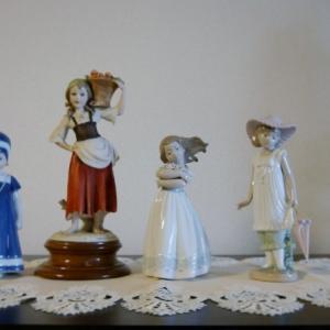 飾り棚の人形たち