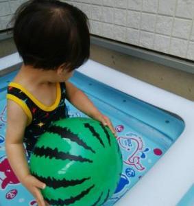 1歳娘のビニールプールデビュー!夫は子供とビニールプールで遊ぶのが夢