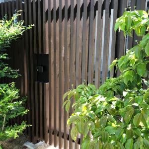 濃い色のフェンス・門扉の宿命