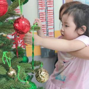 キンダークラスみんなでクリスマスツリーの飾り付け