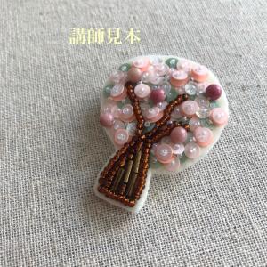 花咲く木のブローチ。