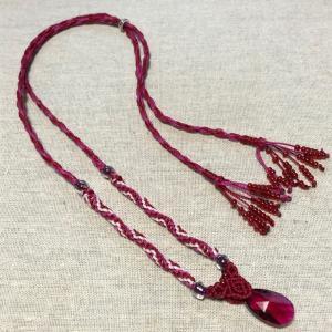 トリプルのねじり結びと玉留めのネックレス。