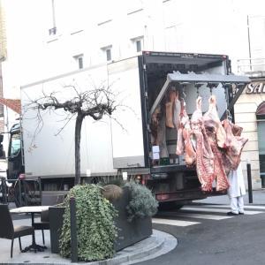 フランスのお肉屋さん 朝の景色。