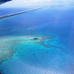 '07 ボラボラ・ランギロア旅行記⑦ 国内線でランギロア環礁へ。上空から見た海はどちらが青い?