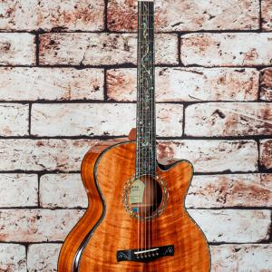 オールコアのギターの音は硬い?
