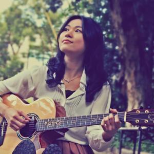 Ayersギターを演奏する女性ギタリスト