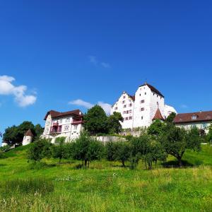 雨上がりの週末の朝~お城のカフェへ(スイス)