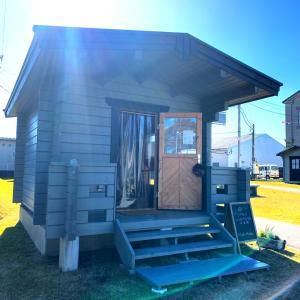 かわいいログハウスが5棟おためし創業施設を訪問