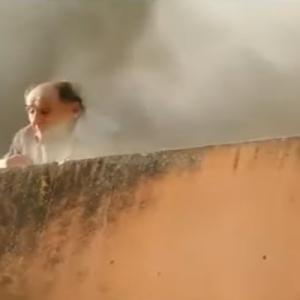 【動画】火災で逃げ場のない老人を、2人の若者が壁をよじ登って救出
