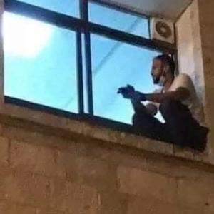 コロナで死にゆく母を看取るため、病院の外壁を登った男性が話題に