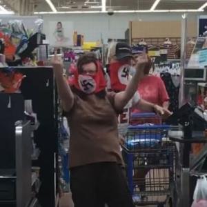 米のスーパーに「鉤十字」が描かれたマスクをした男女が出現【動画】