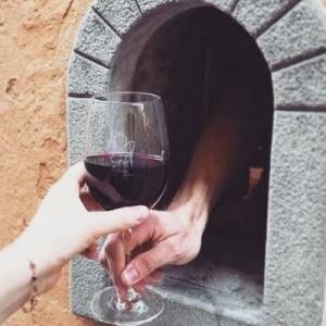 ノックすると購入できる「ワインの窓」、イタリアで復活し注目を集める