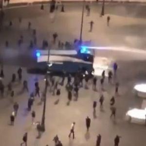 イタリアのローマで新型コロナの制限措置に対する抗議デモ、警察は催涙弾を使用