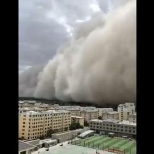 中国で強烈な砂嵐、高さ100mの砂塵が街を飲み込んでいく【動画】