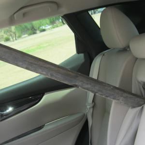 トラックから落ちた金属棒、後続車に突き刺さりドライバー危機一髪