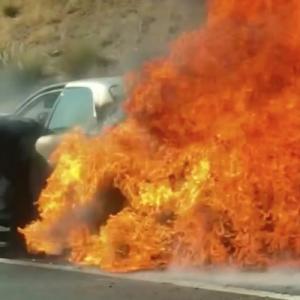 燃え盛る車、脱出できない老夫婦、通りがかりの人が命がけで救出【動画】