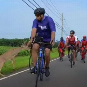 道路上に突然シカが出現、サイクリストを転倒させる動画が恐ろしい