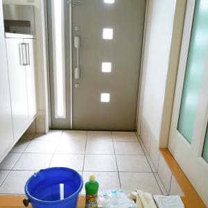 玄関タイル磨き