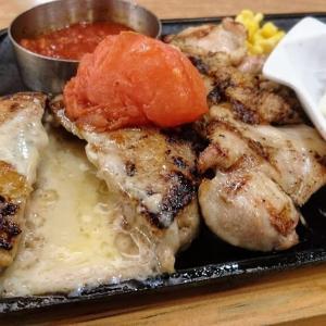 ビッグボーイ 館山店 平日ディナー限定フルセットメニュー「トマトチーズinハンバーグ&チキン&カキフライ」が1100円