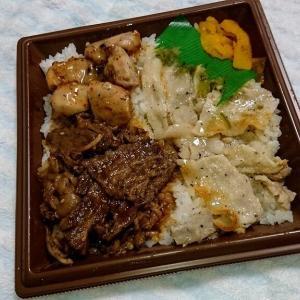 セブンイレブン 3種の焼肉弁当食べました(牛カルビ、豚カルビ、ピリ辛鶏肉の3種類の味が楽しめる焼肉弁当)