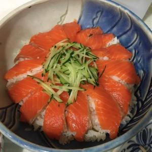 8/26(水)サーモンのっけ寿司の夕ご飯。歌詞が驚愕の英語の歌