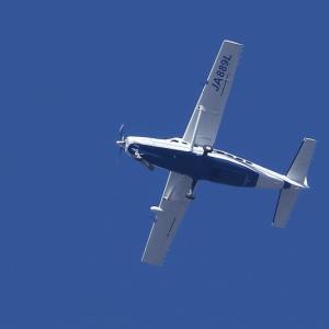 飛行機[JA889L]光を浴びて