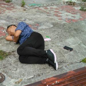 以前うちの家に乱入してきた酔っ払いが、朝から外で寝ていた