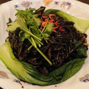 東南アジアの屋台料理「ホッケンミー」を探し、稲毛のBAGOOS(バグース)へ! イカスミベースに魚介と旨味盛り沢山、バグース流福建麺に舌鼓!!