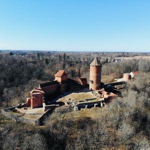 ラトビア|森の中に佇むトゥライダ城をドローン撮影!雰囲気抜群!