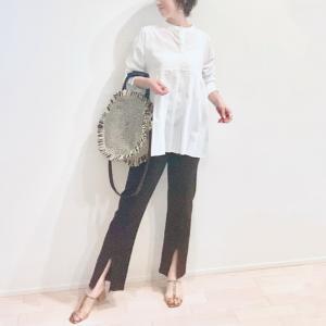 太めプリーツが新鮮なバンドカラーシャツで、シンプルなスッキリ見えコーデ