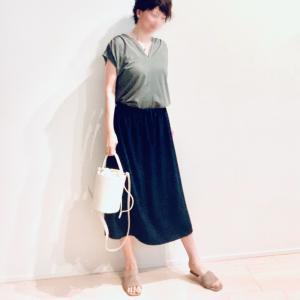 頑張らない感じがたまらない、シンプルな光沢感スカート