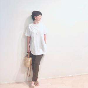 大人が似合う、落ち着いた白Tシャツ♪ ちょっと差がつく裾デザインです