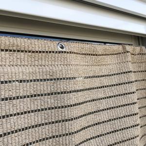 シャッター付の窓サッシに台風でも取れないように「すだれ」を取り付ける