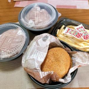 ガストの宅配ハンバーガーとサックサクの海老の天ぷら乗せかけソバ