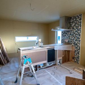 ついにキッチンが設置された!そしてタイルも。