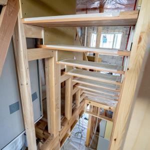 小屋裏への階段と小屋裏の様子
