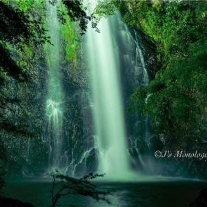 暗闇に光る滝