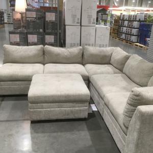 コストコのソファーはデカかった(笑)。