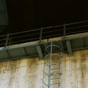 KONICA HEXARと山陰道の陸橋の梯子