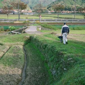 GSW680IIIと小さな踏切、農作業する人