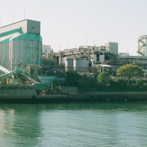 PENTACON six TLとコマ被りの宇部港の埠頭の工場