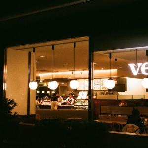KONTAX HEXARと夜のカフェ