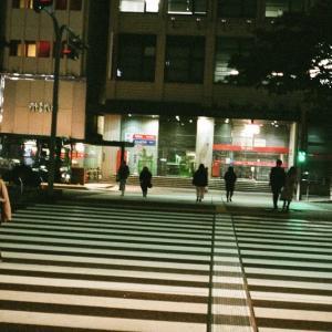 KONICA HEXARと博多の夜の横断歩道を渡る人達