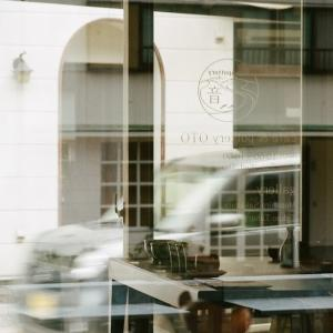 PENTAX 67とカフェ&ポタリー音の店内を通して見る市道と向かいの家